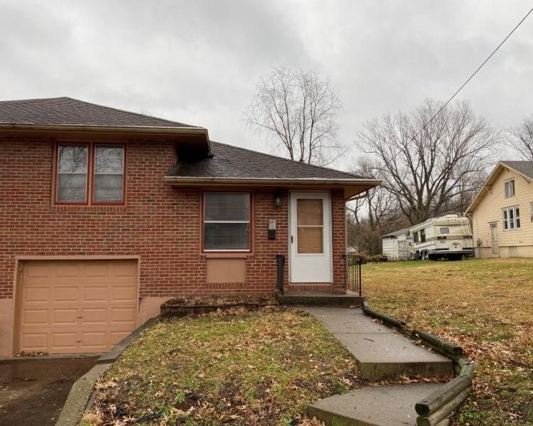 Very spacious and updated 2Bed/1Bath duplex in Independence, Missouri!